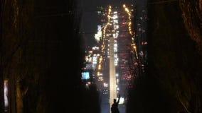 Tráfico de la noche en el lapso de la ciudad a tiempo almacen de metraje de vídeo