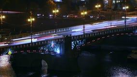 Tráfico de la noche en el puente metrajes