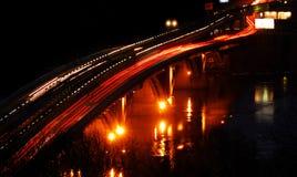 Tráfico de la noche en el puente imagenes de archivo