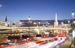 Tráfico de la noche en el terraplén de Moskvoretskaya cerca del parque Zaryadye en Moscú, Rusia Fotos de archivo libres de regalías