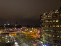 Tráfico de la noche en Estocolmo suecia 05 11 2015 Imagen de archivo libre de regalías