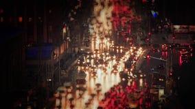Tráfico de la noche en la ciudad con las luces almacen de video