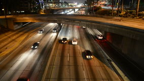 Tráfico de la noche en Los Ángeles céntrico almacen de metraje de vídeo