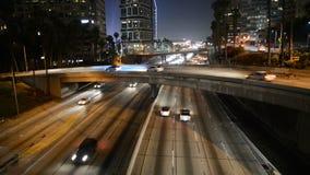 Tráfico de la noche en Los Ángeles céntrico almacen de video