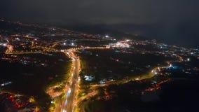 Tráfico de la noche en la opinión aérea septentrional del hyperlapse de Tenerife TF5 de la carretera del valle y de Puerto de la  metrajes