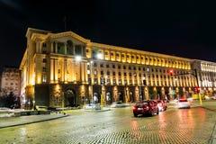 Tráfico de la noche en Sofía, Bulgaria Fotos de archivo