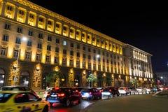Tráfico de la noche en Sofía, Bulgaria Imagen de archivo