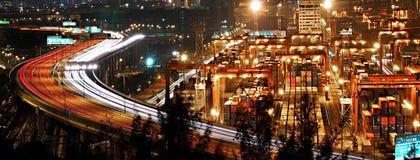 Tráfico de la noche en terminal del cargo de Hong-Kong Fotos de archivo libres de regalías