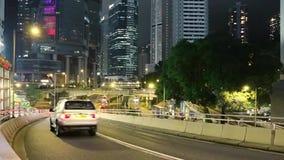 Tráfico de la noche entre los rascacielos de Hong Kong Movimiento rápido almacen de video