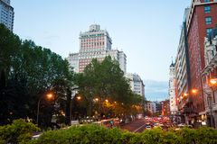 Tráfico de la opinión de la ciudad de la noche con Edificio Espana en fondo en el mA Fotografía de archivo