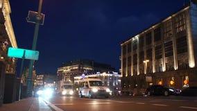Tráfico de la opinión de la noche de la calle muy transitada de la ciudad de Moscú almacen de metraje de vídeo