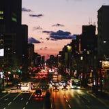 Tráfico de la puesta del sol foto de archivo