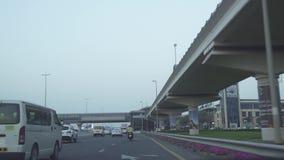 Tráfico de la tarde en el vídeo de la cantidad de la acción de Sheikh Zayed Road almacen de metraje de vídeo