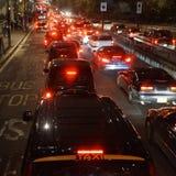 Tráfico de la tarde, luces de la ciudad de Londres Imágenes de archivo libres de regalías