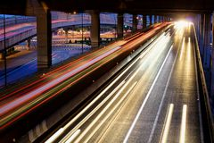 Tráfico de la velocidad - la luz se arrastra en el camino en la noche fotografía de archivo