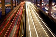 Tráfico de la velocidad - la luz se arrastra en el camino en la noche Fotos de archivo libres de regalías
