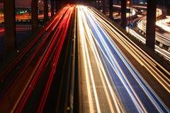 Tráfico de la velocidad - la luz se arrastra en el camino en la noche foto de archivo
