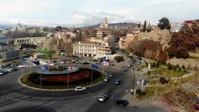 Tráfico de la visión aérea en la carretera de circunvalación en el horizonte de la ciudad antigua almacen de video