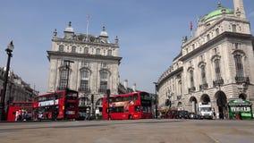 Tráfico de Londres en Piccadilly Circus, turistas que caminan, calle que cruza de la gente almacen de metraje de vídeo