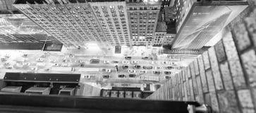 Tráfico de los rascacielos y de ciudad de Nueva York en la noche Visión hacia abajo franco Fotografía de archivo