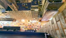 Tráfico de los rascacielos y de ciudad de Nueva York en la noche Visión hacia abajo franco Fotografía de archivo libre de regalías