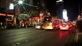 Tráfico de Masiive en una calle de Las Vegas en la noche almacen de metraje de vídeo