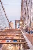 Tráfico de New York City sobre el puente de Brookyn imagen de archivo