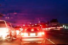 Tráfico de noche con las luces y los coches borrosos Imagen de archivo libre de regalías