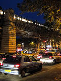 Tráfico de noche en las calles lluviosas Imagen de archivo