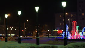 Tráfico de noche en un camino inglés suburbano metrajes