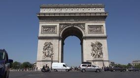 Tráfico de París por el arco de Triumph, gente del camino de Champs-Elysees que viaja en Francia