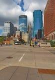 Tráfico de Pedestrain y de coche y un horizonte parcial de Minneapolis, Imagen de archivo