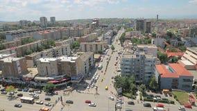 Tráfico de Pristina en Bulevardi Deshmorete Kombit almacen de metraje de vídeo