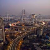 Tráfico de Shangai en el puente del nanpu Imágenes de archivo libres de regalías