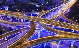Tráfico de Shangai en la noche imágenes de archivo libres de regalías