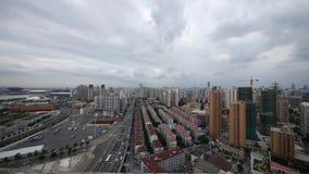 Tráfico de Shangai y fondo del edificio, nublado, China almacen de video
