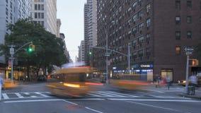 Tráfico de Timelapse en la puesta del sol en Broadway almacen de metraje de vídeo
