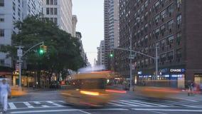 Tráfico de Timelapse en la puesta del sol en Broadway almacen de video