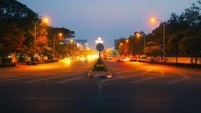 Tráfico de vehículos de la noche en las calles de la ciudad Foto de archivo libre de regalías