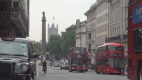 Tráfico del atasco en las calles de Londres en un día de verano almacen de metraje de vídeo