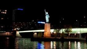 Tráfico del barco cerca de la reproducción de la estatua de la libertad - París, Francia almacen de video