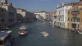 Tr?fico del barco en el canal grande en Venecia central almacen de video