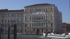 Tr?fico del barco en el canal grande en Venecia un palacio Foscari en el fondo almacen de video