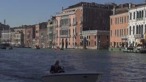 Tráfico del barco y edificios históricos del palacio en el canal grande en Venecia almacen de metraje de vídeo