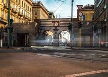 Tráfico del cavour de la plaza de Milano imagenes de archivo