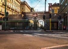 Tráfico del cavour de la plaza de Milano durante día laborable foto de archivo libre de regalías