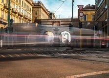 Tráfico del cavour de la plaza de Milano durante día laborable imagen de archivo
