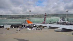 Tráfico del delantal del aeropuerto de Francfort almacen de metraje de vídeo