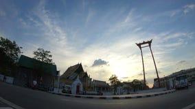 tráfico del lapso de tiempo 4K del oscilación gigante grande delante del templo en Bangkok almacen de video