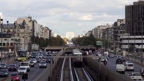 Tráfico del metro entre la defensa del La y París - Francia metrajes
